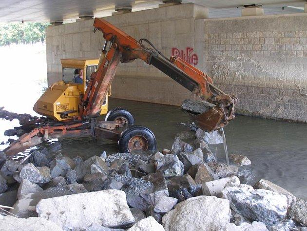 Na přerovské Bečvě probíhá čištění a údržba koryta řeky.