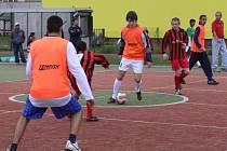 Své síly změřily ve fotbale romské i neromské děti na hřišti Základní školy Šromotovo.