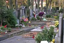 Památka zesnulých je až zítra, někteří lidé už hroby nazdobili.