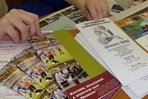 Kalendář kulturní a sportovních akcí na Hranicku je k mání i v Městském informačním centru.