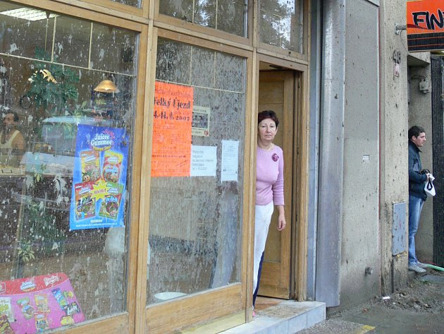 Včerejší výbuch v ulici Komenského poškodil i dům s pekárnou manželů Tiefenbachových.