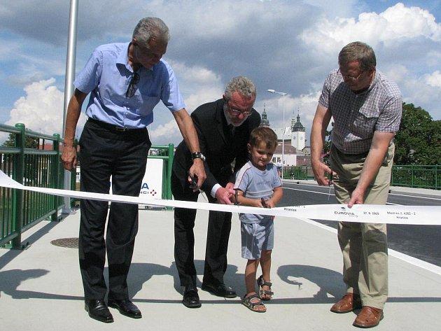 Po půlroční rekonstrukci otevřeli ve čtvrtek 27. srpna představitelé města, investora, dodavatele stavby silniční most přes Bečvu z Hranic do Teplic.