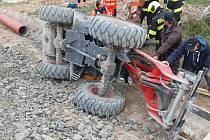 Nehoda nakladače na stavbě u Hranic, 26. října 2021