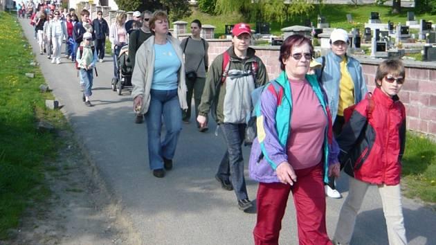 Pěší cyklisté i výletníci, kteří zvolili přepravu autobusem, se sešli v Mendelově domku.