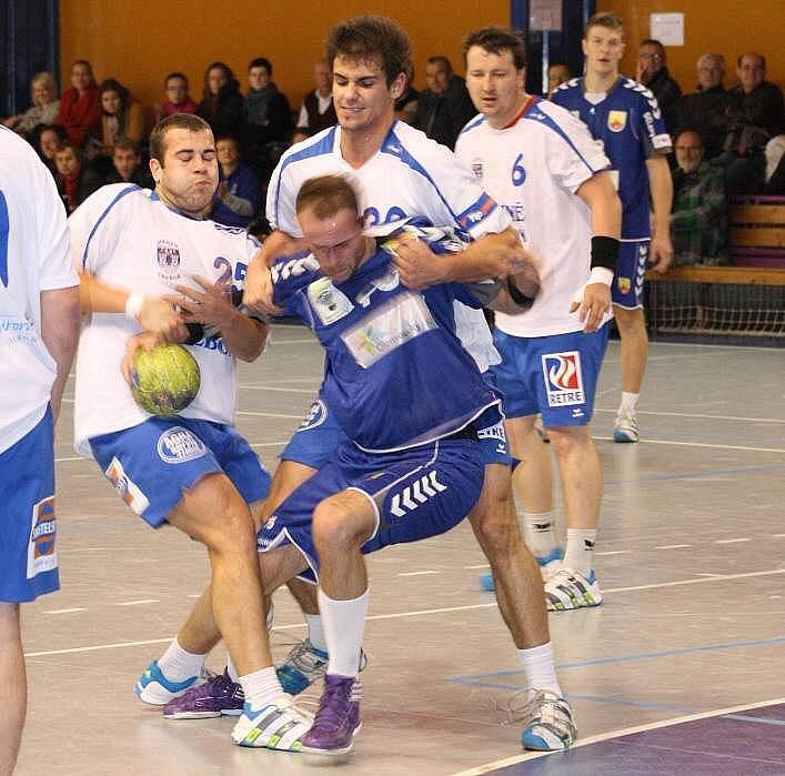 Házenkáři hranického Cementu (v modrém) proti Třeboni