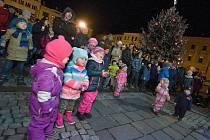Společné koledování na náměstí Masarykovo náměstí v Hranicích.