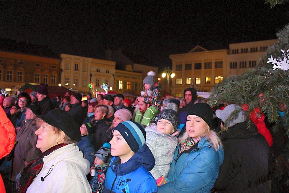 Slavnostní rozsvěcení vánočního stromu na Masarykově náměstí v Hranicích 2019.