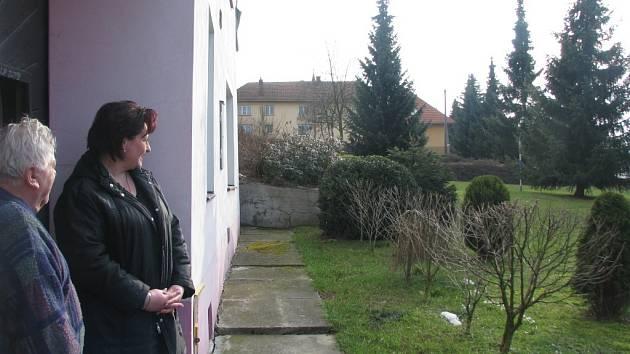 """Na plánované kácení vzrostlých smrků v Opatovicích jsou odlišné názory. Zatímco Jarmila Liedermanová je zásadně proti, její soused František Číhal odstranění stromů schvaluje. Starosta obce k tomu podotýká: """"Je těžké se zavděčit všem."""""""