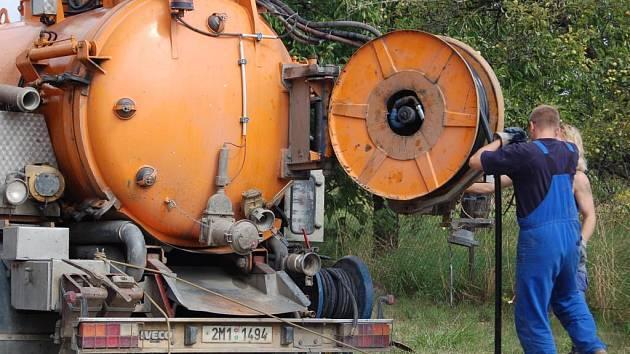 Stavební firma z Olomouce provádí v těchto dnech monitoring závad kanalizace na průtahu obcí Kokory.