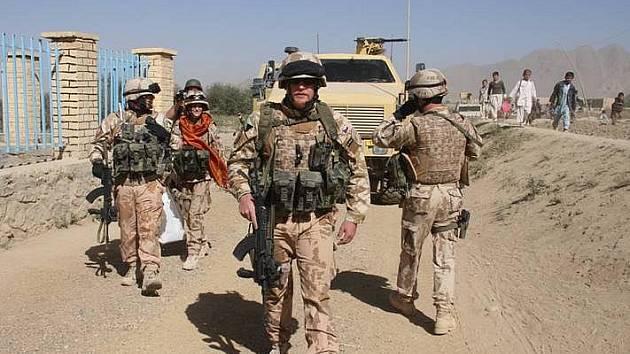 Česká patrola přijíždí ke škole v Lógaru v Afgánistánu