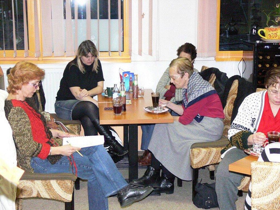 Spisovatelka Jaroslava Černá předčítá v kavárně ze své nové knížky