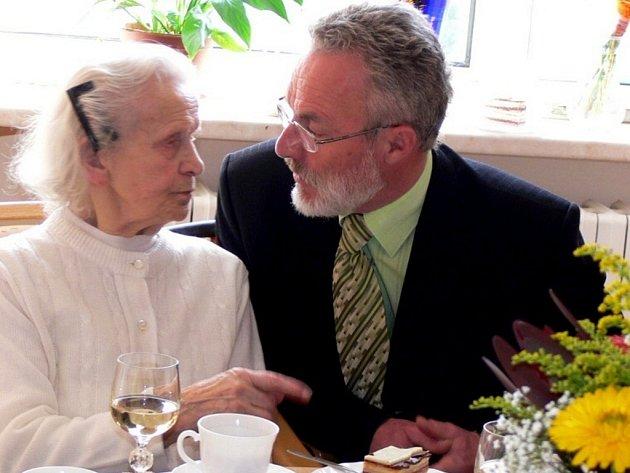 Sto let slavila začátkem dubna v hranickém Domově seniorů Aloisia Hynčicová. K jubileu jí popřál také hranický starosta Miroslav Wildner.