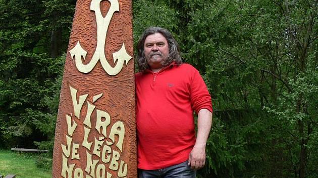 Lipový symbol lásky, víra a naděje vyrobil Jan Vitásek během svého pobytu v lázních Teplice nad Bečvou. Nad usazením plastiky řezbář i osobně dohlížel.