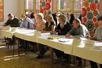 Členové volebních komisí nemuseli na příchod prvních voličů dlouho čekat. Ti se k volebním urnám totiž hrnuli hned po zahájení voleb.