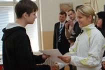 Michaela Fraňková předává vysvědčení jednomu ze žáků sportovní třídy ZŠ v Palackého ulici.
