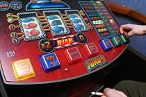 Někteří hráči se pokoušejí dostat peníze z automatu i podvodem nebo vloupáním.