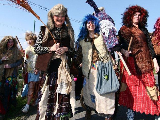 Na již tradiční cestu po své obci se vydaly čarodějnice ze Špiček, které posílily také jejich kolegyně ze sousedních vesnic.