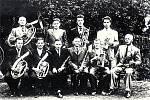 Opatovská kapela v roce 1959. Nahoře zleva: Andrýsek, ?, Bedřich Pavelkas, Antonín Tomeček. Sedící zleva: František Tomeček, František Stratil, Karel Stratil, ?, ?, ?, (kapelník).