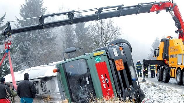 První sníh se stal osudným řidiči cisterny, který si zřejmě zkracoval cestu přes vojenský prostor na Libavé.