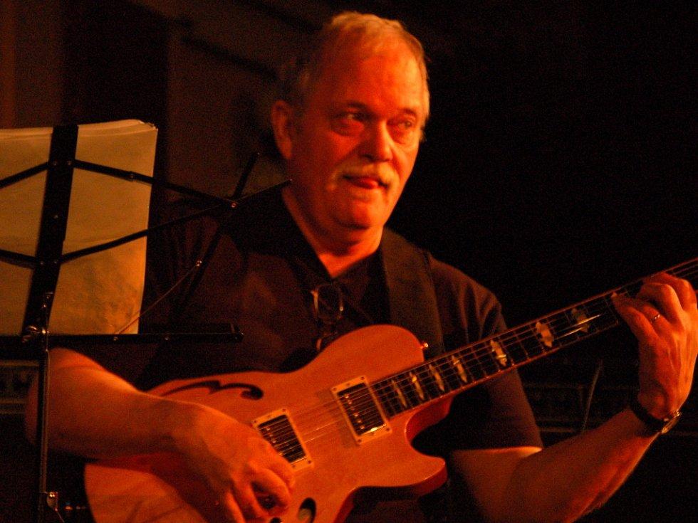 Hvězdou letošního prvního ročníku prologu Československého jazzového festivalu v Přerově byl americký kytarista John Abercrombie, který představil spolu s Robert Balzar Triem jejich společné album Tales.