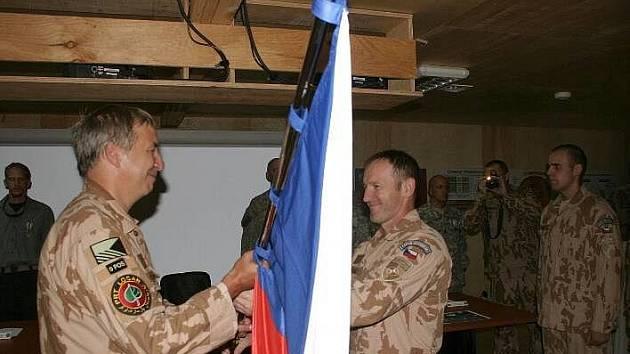 Velitelé 5. a 6. jednotky afghánské vojenské mise si předávají státní vlajku