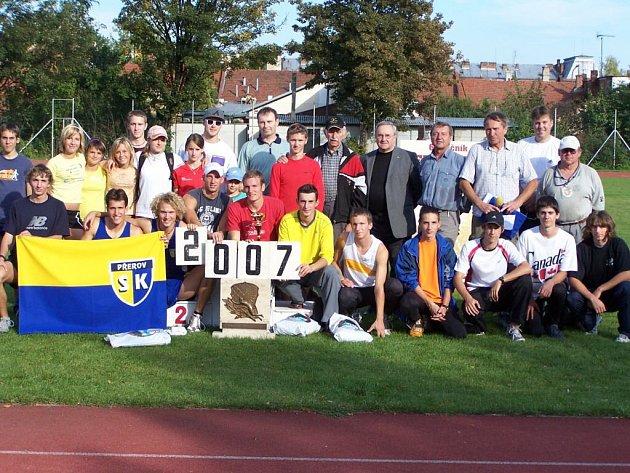 Někteří z účastníků Velké ceny města Prostějova 2007 v atletice na společném snímku.