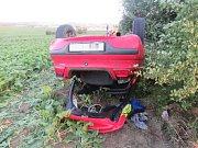 Devatenáctiletá řidička nezvládla řízení a skončila s vozidlem na střeše.