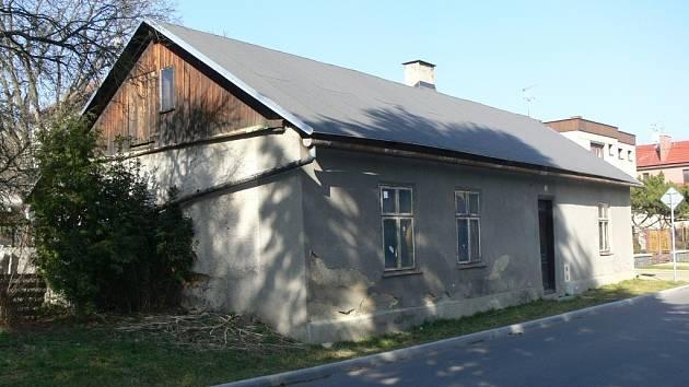 Vyčnívající dům na Hviezdoslavově ulici v Hranicích se na podzim zbourá.