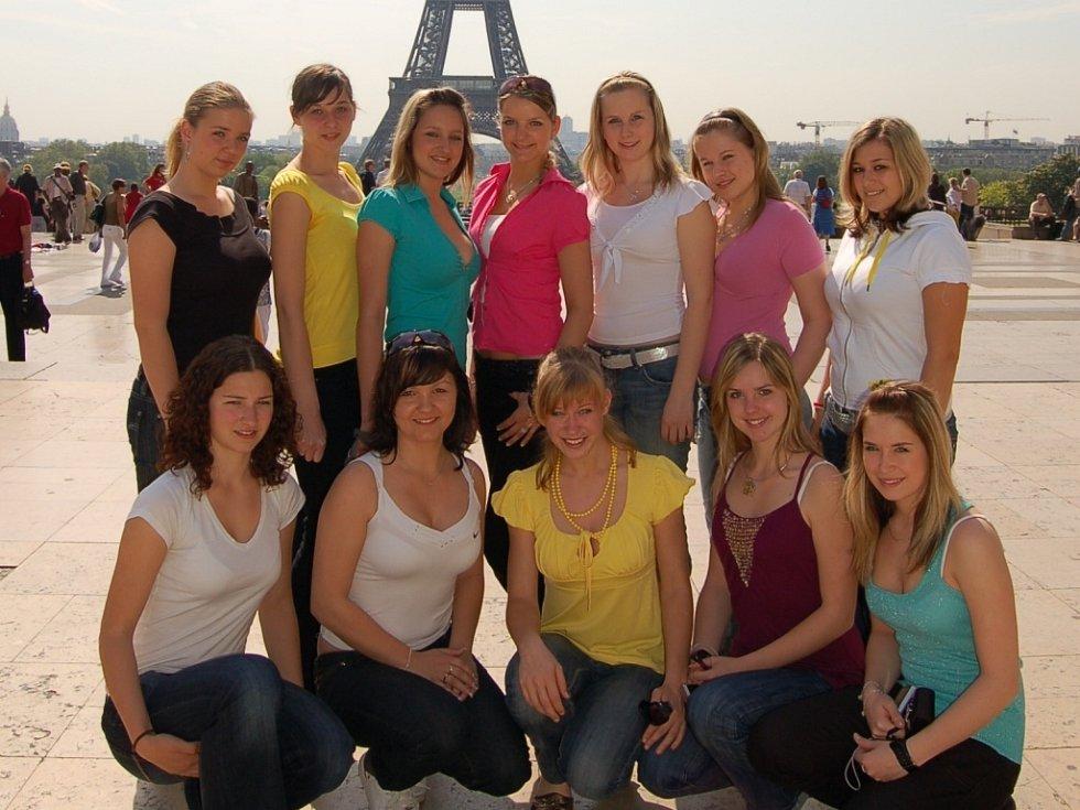 Panenky se nechaly zvěčnit před symbolem Paříže – Eiffelovou věží.
