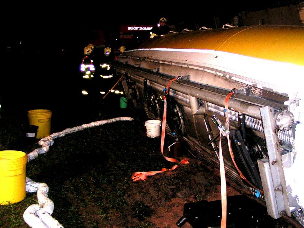 Hasiči po příjezdu na místo události zajistili únik nafty pomocí tmele a úkapových nádob.
