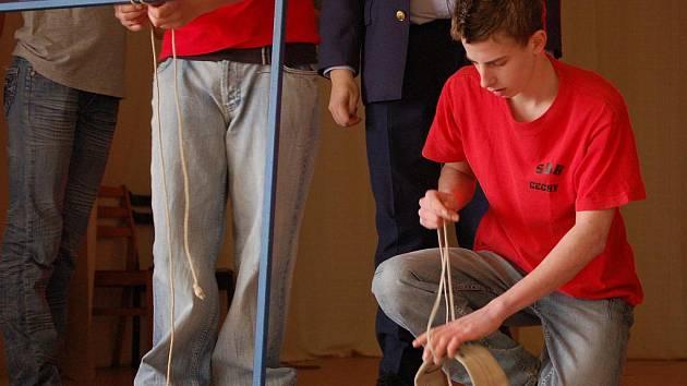 Soutěž v uzlování a dvojboji mladých hasičů se uskutečnila v Oseku nad Bečvou.