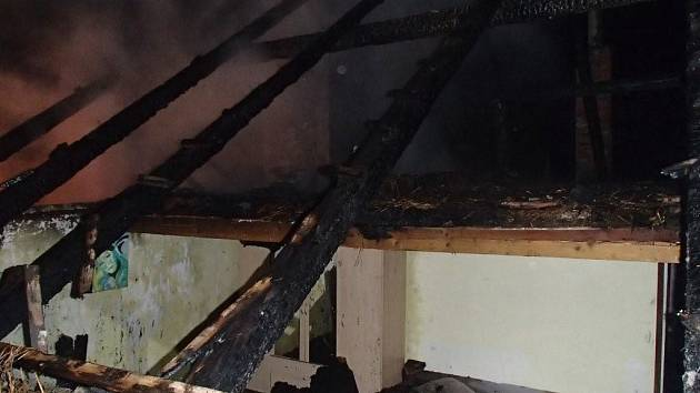 Požár domu a stodoly ve Slavíči