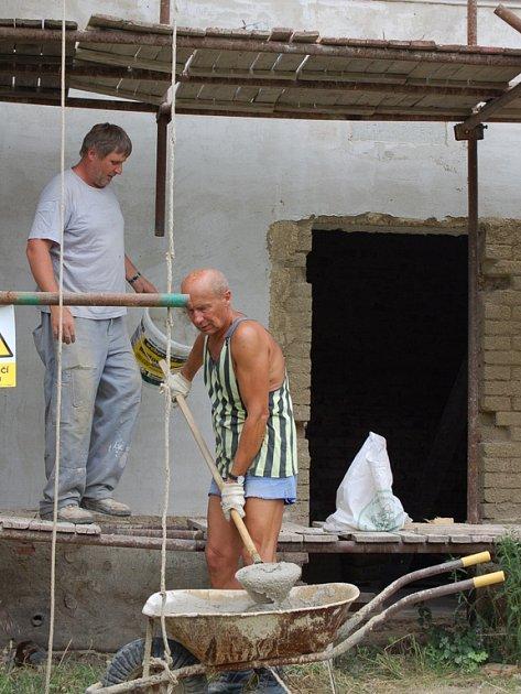 Budovu základní školy v Rokytnici obsadili řemeslníci rekonstrukce si vyžádá 3,6 milionu korun.