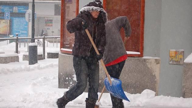 Přerovsko zasypal sníh. Lidé v centru města, ale hlavně v odlehlých částech bojovali s jeho odklízením. Mnozí obyvatelé města si stěžovali, že technické služby nestíhají.