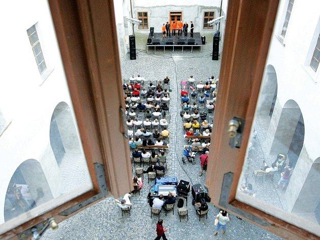 Na festival Zahrada zvou organizátoři a muzikanti již tradičně prostřednictvím takzvaných Předzahrad.