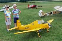 Piloti u Drahotuš předvedli akrobacii svých modelů.