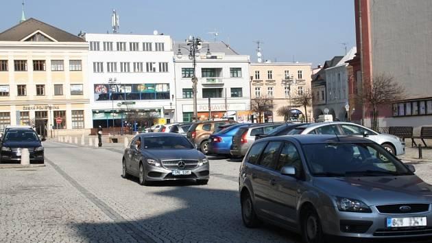 Město se dopravní situací na náměstí dlouhodobě zabývá.