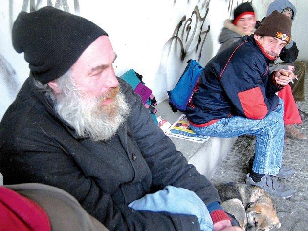 Oblíbeným místem bezdomovců jsou vchody do obchodů či bufetů. Na snímku sedí v podloubí u čínského bistra v centru Olomouce.
