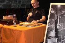 Jiří Černý v Zámeckém klubu pouštěl a komentoval písně Petra Nováka