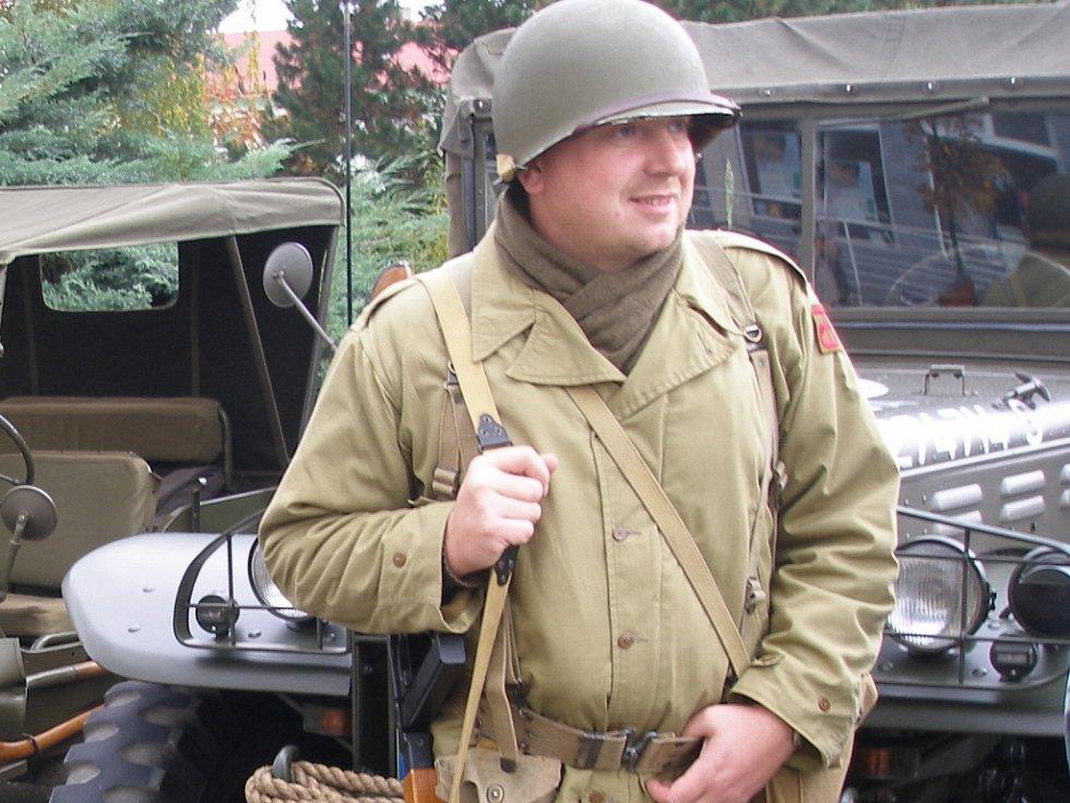 Promítání historického vojenského filmu Tobruk předcházela výstava vojenské válečné techniky.