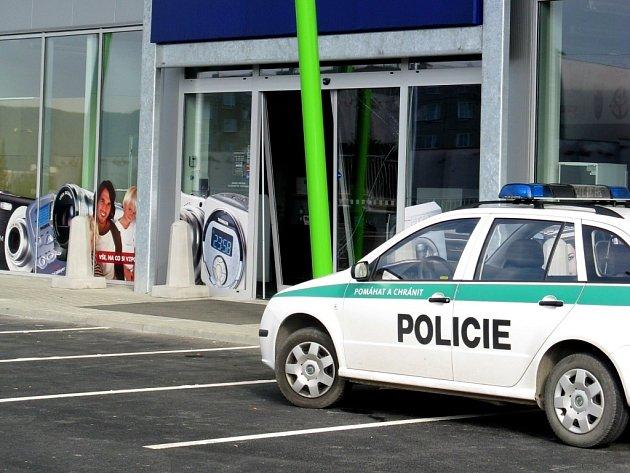 Zloději pouze vybourali dveře do prodejny, krádež ale už provést nestihli. Zřejmě je někdo vyrušil.