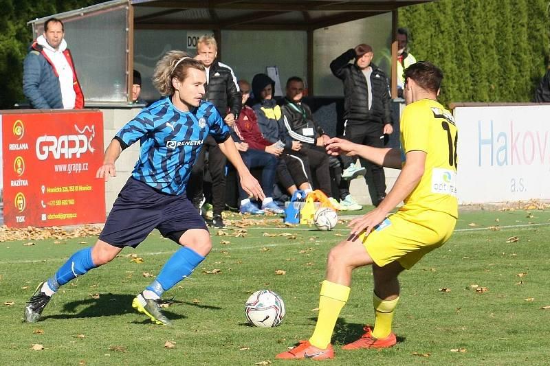 Fotbalisté Všechovic (v modrém) proti Strání. Adam Hrdlička