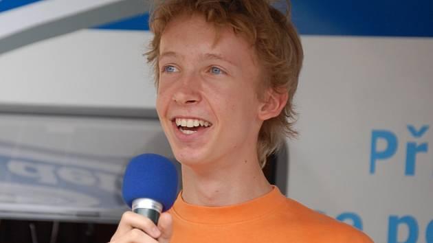 Jan Rotrekl  z Hranic splnil závazek sázky a zazpíval lipnickému publiku.