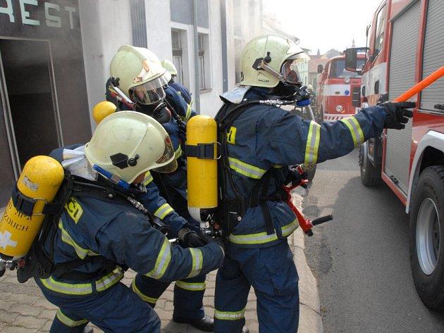 Na nové aparáty si hasiči ještě počkají.