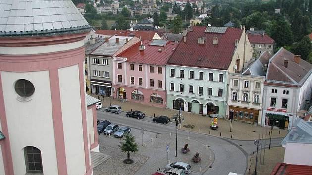 V Hranicích se mohou turisté podívat na náměstí z ptačí perspektivy právě díky průvodcům, které Městské informační centrum zaměstnává formou letní brigády.