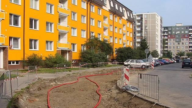 Nové parkoviště začali tento týden stavět dělníci v ulici Trávník. Stavba bude hotová koncem září a vyžádá si náklady bezmála dva miliony korun.