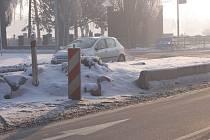 Práce na opravách ostrůvku, který zničil náraz auta, musely být kvůli mrazu načas přerušeny.