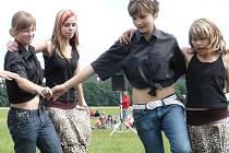Tance, ukázky bojových sportů a další vystoupení byly k vidění na Putování s Korálkem na drahotušském letišti.