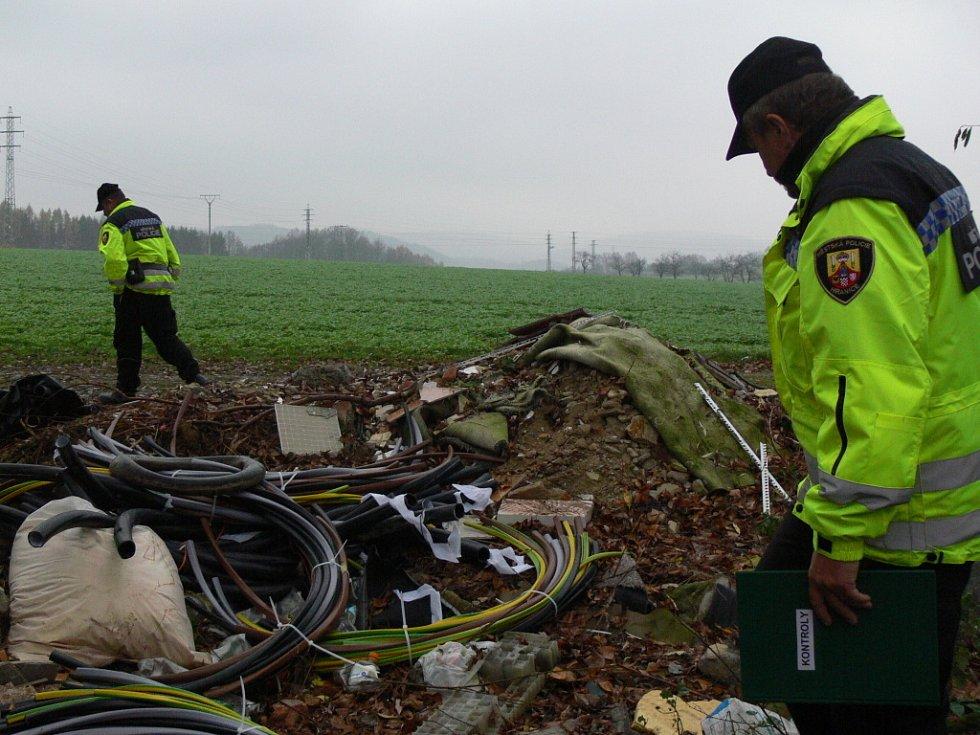 Přestože lidé mohou odvážet odpad do sběrného dvora, mezi Hranicemi, Drahotušemi a Velkou se poblíž vlakové trati rozrůstá černá skládka.