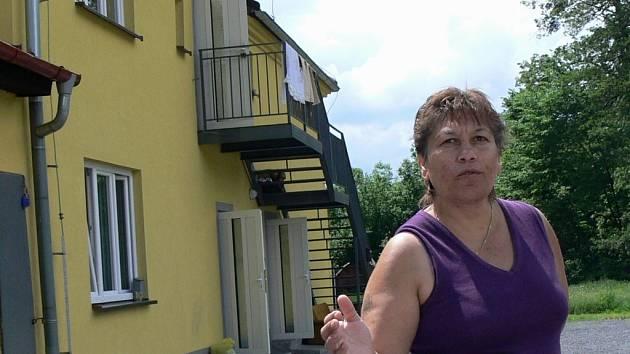 Romské rodiny si stěžují na životní podmínky v nedávno opraveném domě poblíž Nejdku.